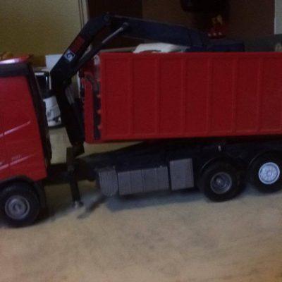 Emek bergand lastbilar och saker